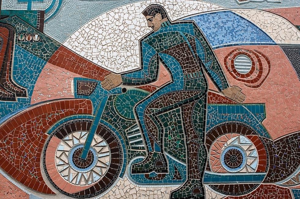 Фрагмент мозаїки В.Гури у фотоальбомі Є.Никифорова