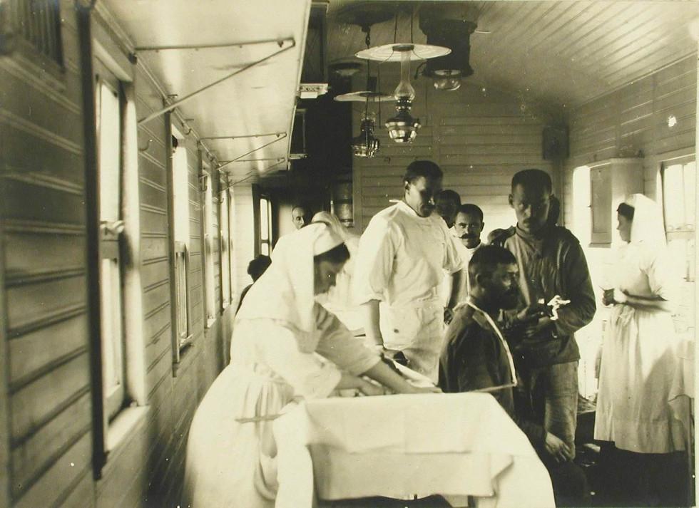 Лікар і сестри милосердя допомогають пораненому