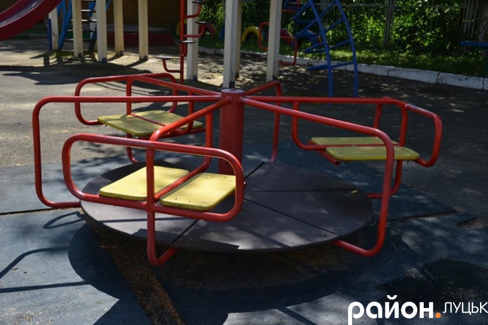 Карусель на майданчику для діток