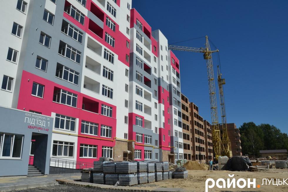 Незабаром закінчать будувати один із чотирьох яскравих багатоповерхівок від ЛДБК