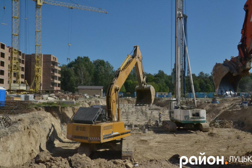 Робота кипить на будівництві