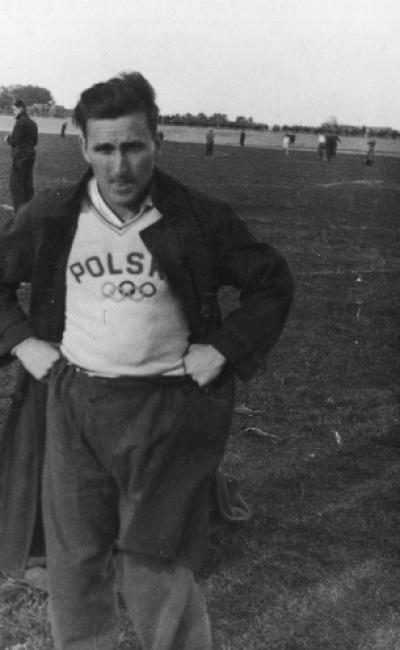 Польський спортсмен на фоні футбольного поля
