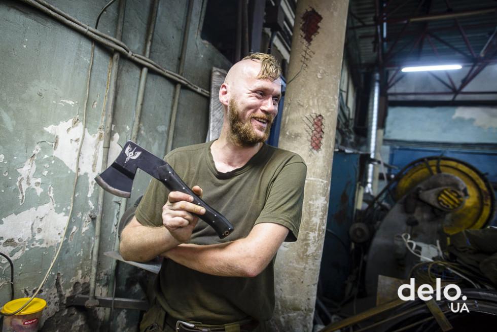 Ветеран АТО демонструє сокиру, яку він скував власноруч