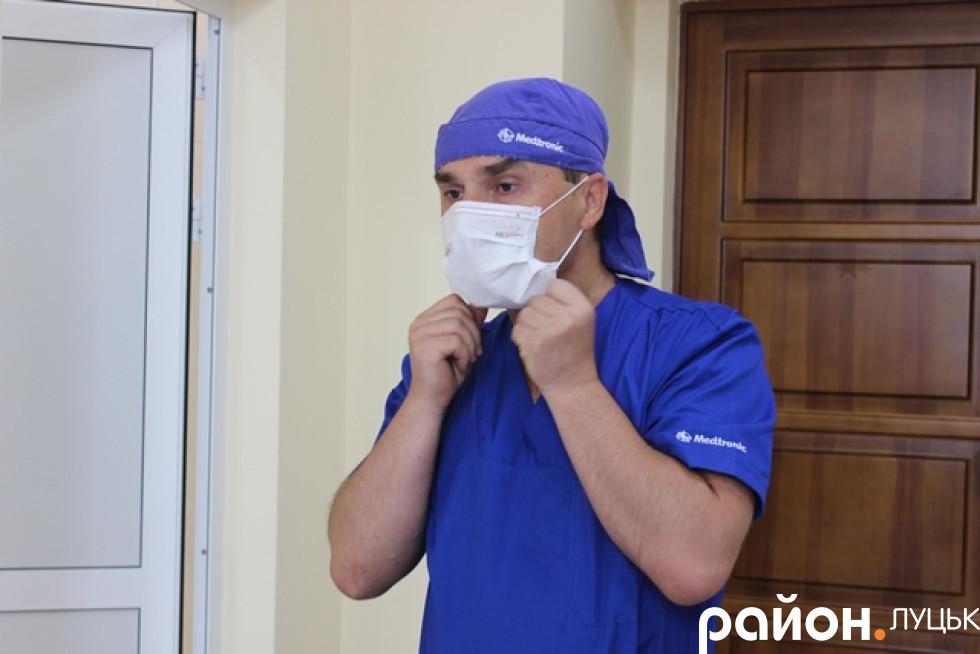 Лікар швидко готується до операції