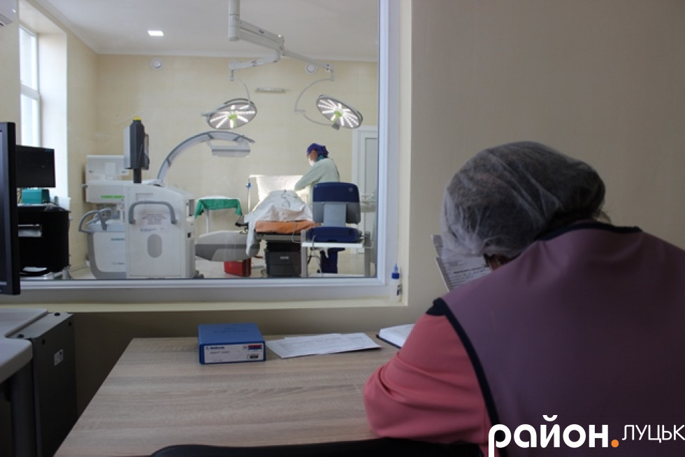Спостерігати за операцією можна через скляне вікно