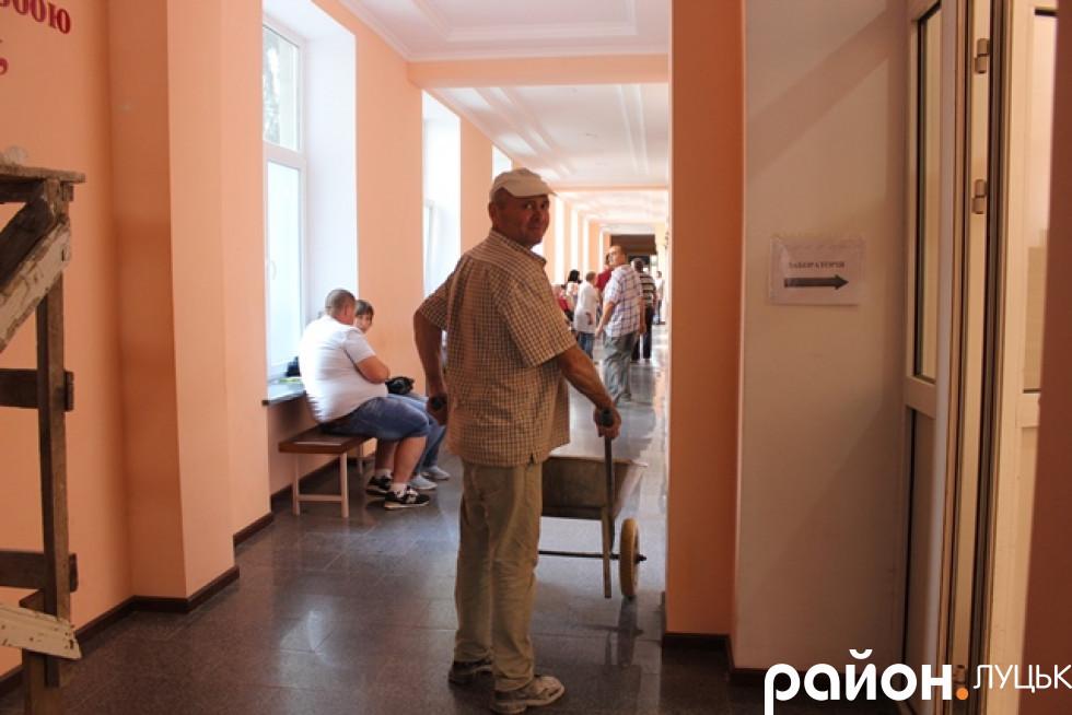 Просто тепер поруч із пацієнтами та медпрацівниками тут ходять ще й реонтники