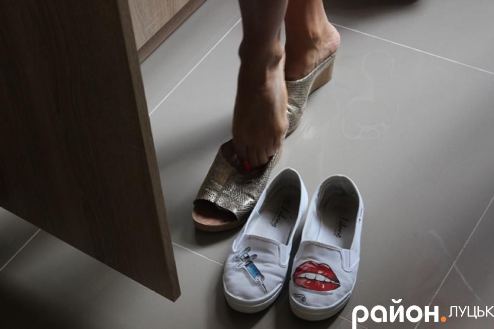 Змінює взуття