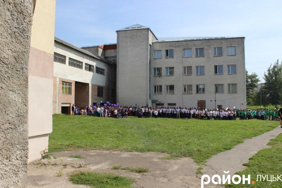 Студенти чекають, поки їх урочисто покличуть