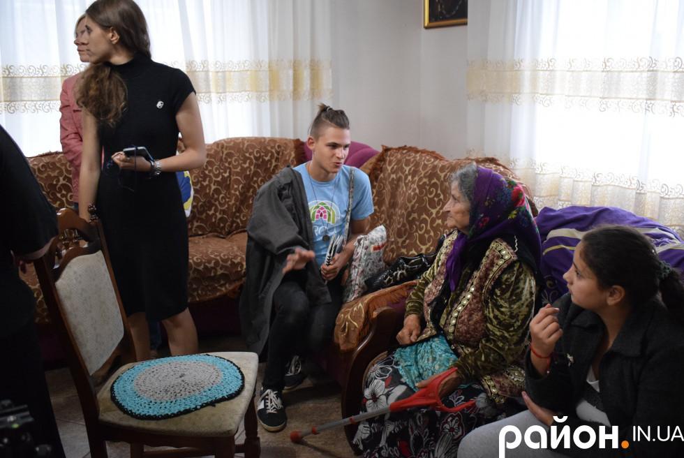 Учасники інтерв'юють жертву геноциду ромів