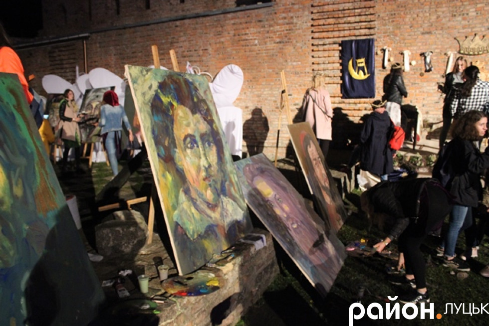 Навіть картини художників не налякав дощ