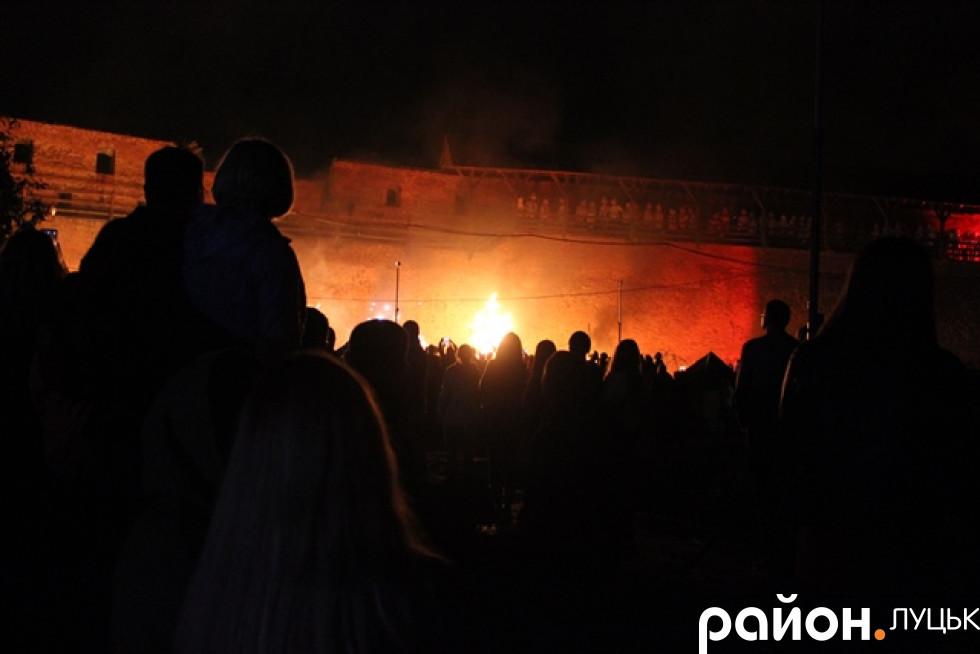 Лучани спостерігають, як церква горить!