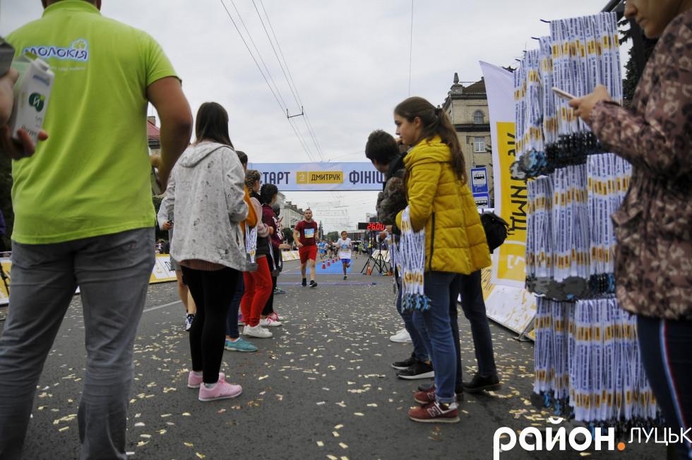 Кожен фінішер отримував йогурт, пакет з фруктами та медаль