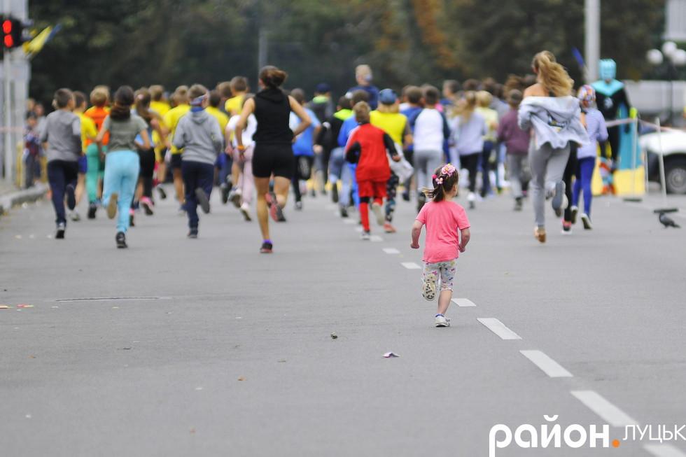 Ось ця дівчинка в рожевому побігла за старшими дітьми, які наважилися на забіг довжиною в 1 кілометр