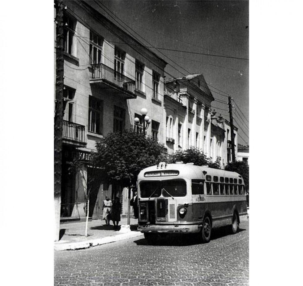 Автобус ЗІС їде по трилінці в Луцьку