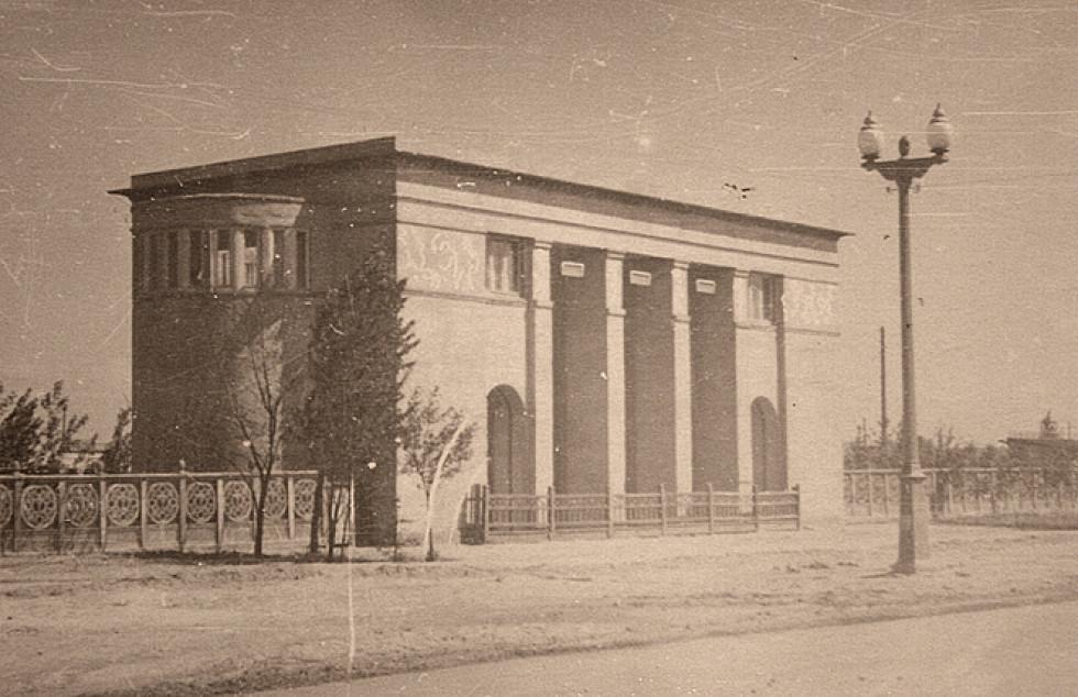 Адмінбудівля виставки у 1957 році. Проект Ростислава Метельницького. Єдина збережена споруда виставки