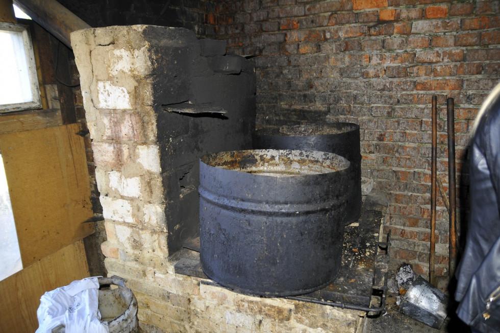 Замість старої печі зведуть нову, яка не тільки готуватиме їжу, але й утеплюватиме вольєри