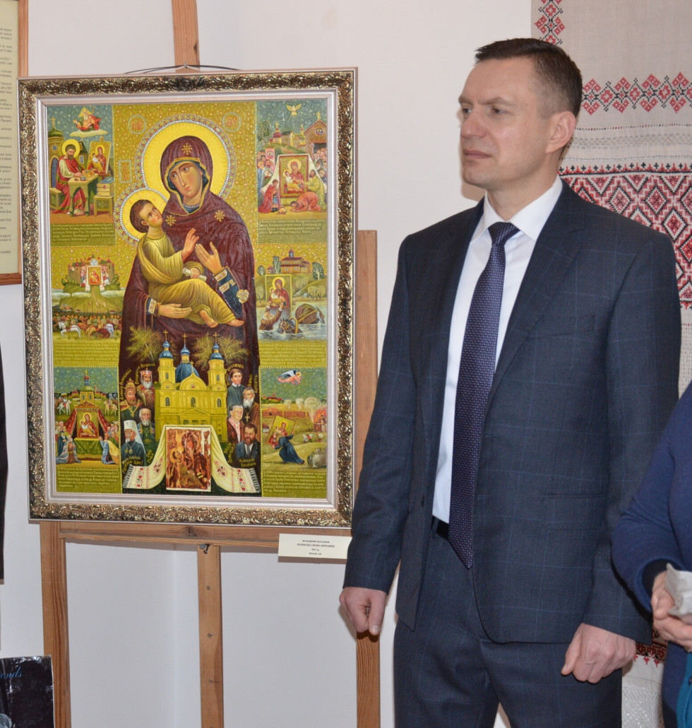 Голова «Рідної Волині» Дмитро Глазунов передає картину «Холмська Богородиця в подіях і фактах» Музею Волинської ікони»
