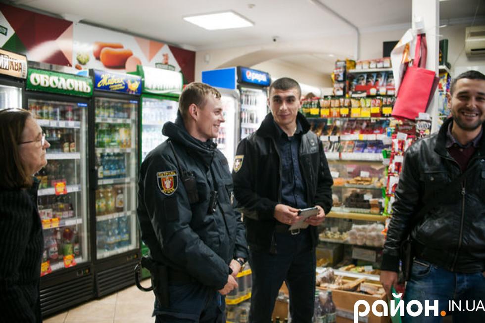 Патрульний Володимир Фарамець під час роботи (крайній зліва)