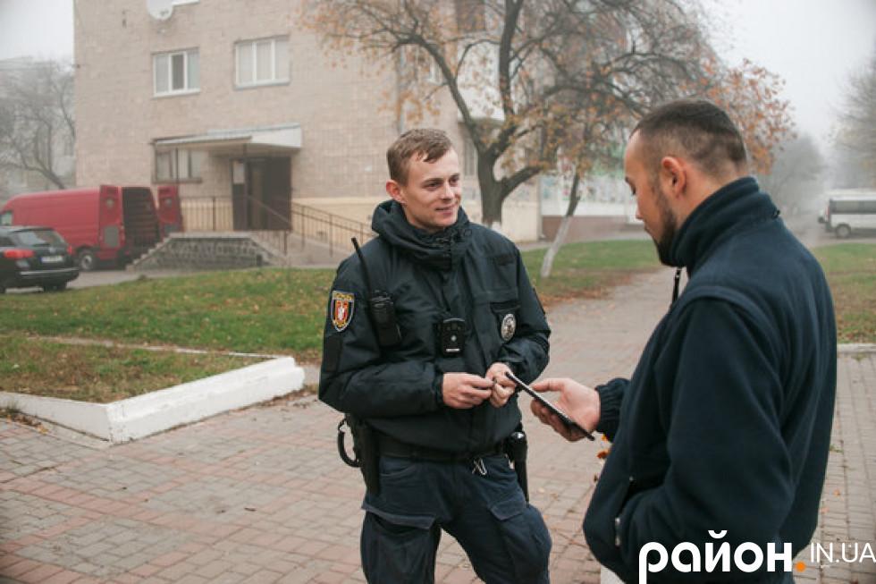 Патрульний Володимир Фарамець (зліва) і інспектор із зв'язків з громадськістю (справа)