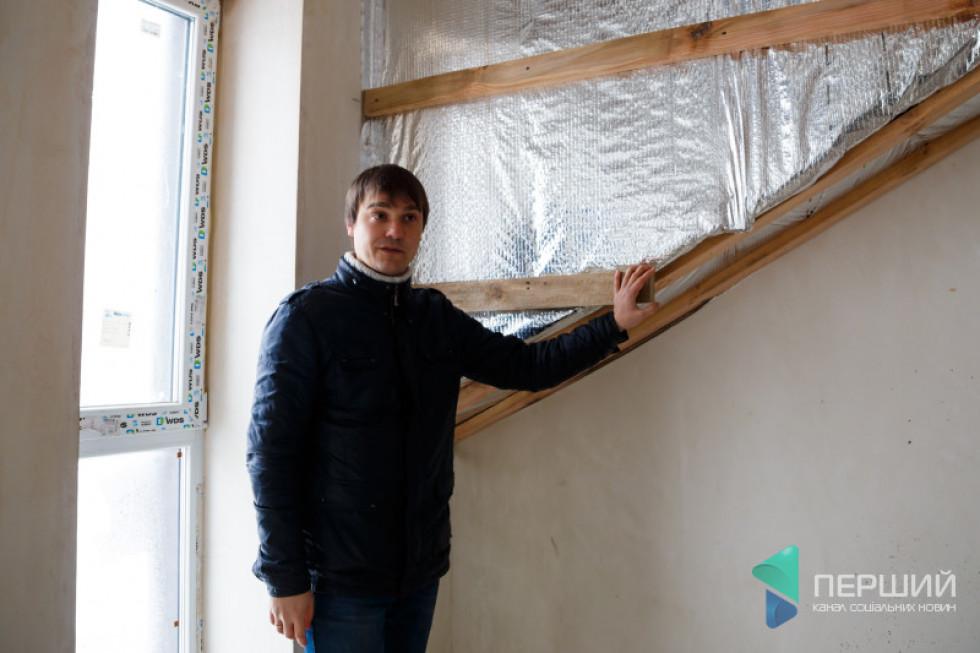 Дмитро Авраменко демонструє дерев'яні направляючі