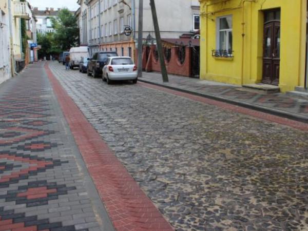Вулиця Крилова у Луцьку, реконструйована фахівцями компанії «Le Bruk». Ту вкладені як стара «трилінка», так і нова бруківка