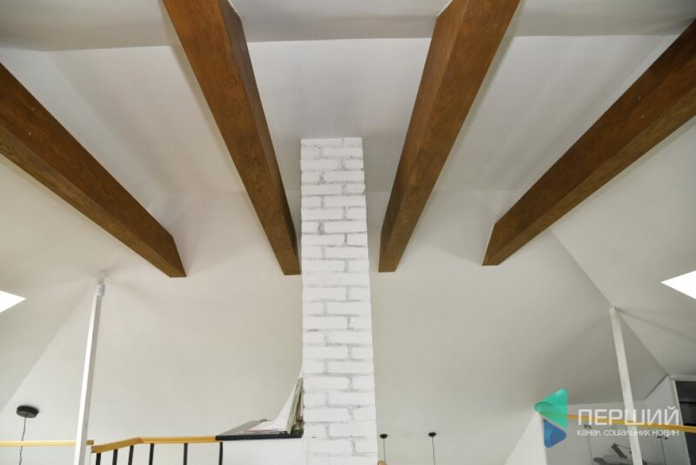 Традиційної стелі немає. Похилий дах додає простору