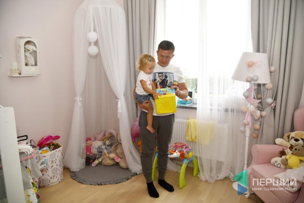 Єва люб'язно погодилася показати свою кімнату. Тато обіцяє: у новому домі буде більше місця