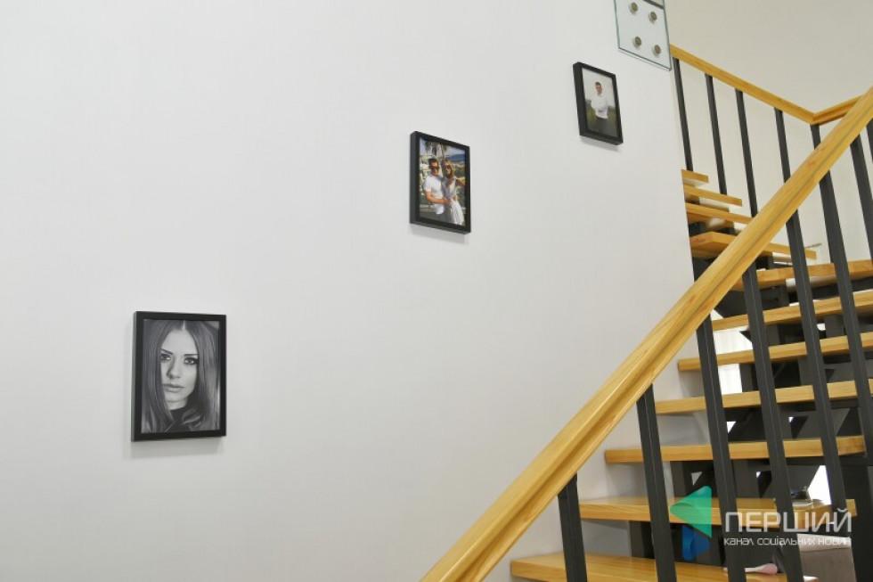 На стінах –родинні фото...