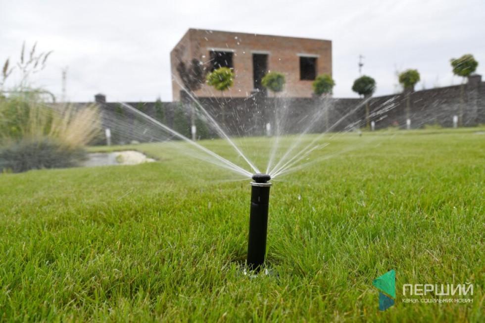 Автоматичний полив газону. Господар каже: і радий би сам поливати – тоді з сусідами зручно спілкуватися. Але часу бракує