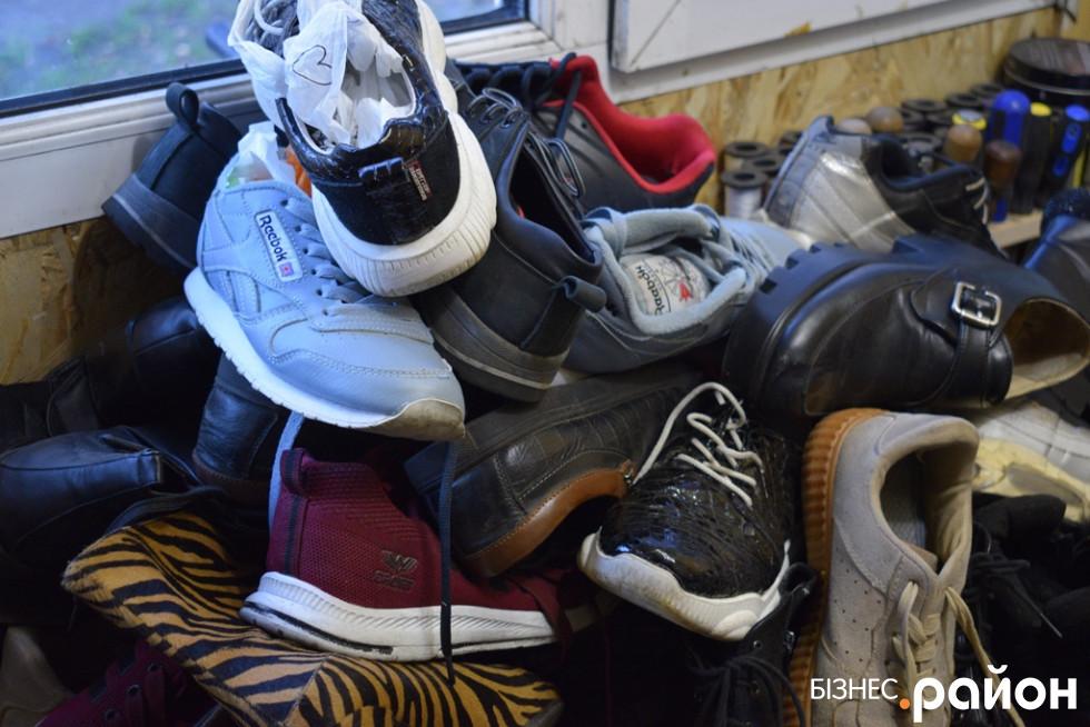 Купа взуття, яка чекає своєї черги