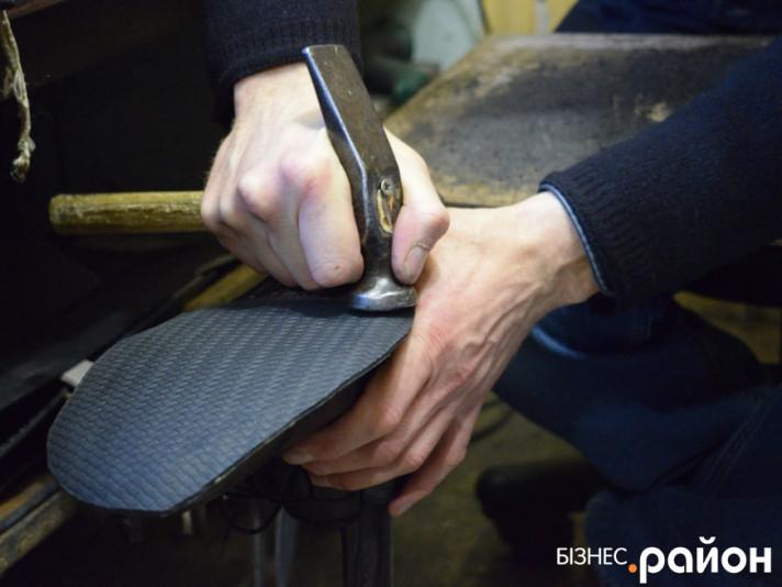 Луцький чоботар ремонтує взуття