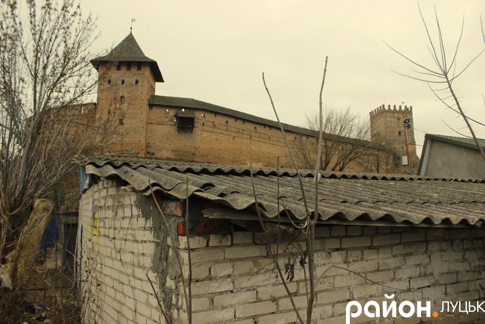 Не найкращий вигляд на величний середньовічний замок