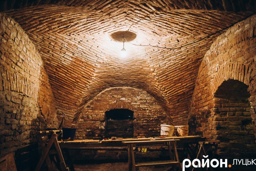 Складська кімната. Цікава форма стелі служила як опорно розвантажувальний фундамент