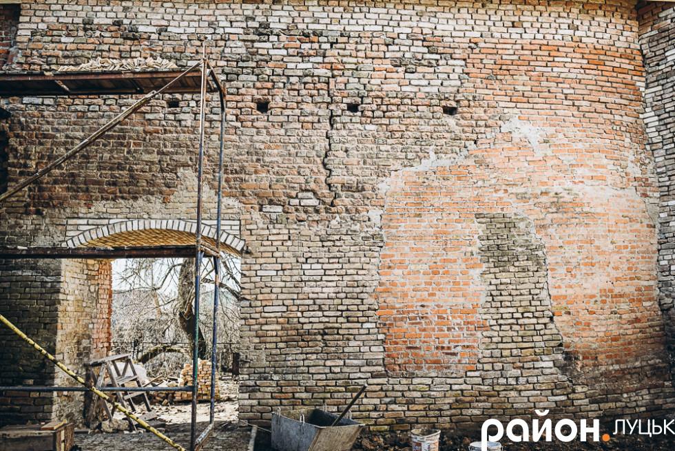 Реставрація оборонної стіни Окольного замку