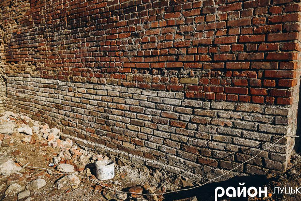 Реставрована стіна