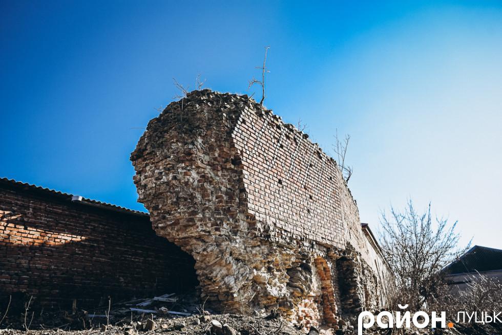 Найстаріша частина оборонної стіни Окольного замку, яка тримається на опорному розвантажувальному фундаменті