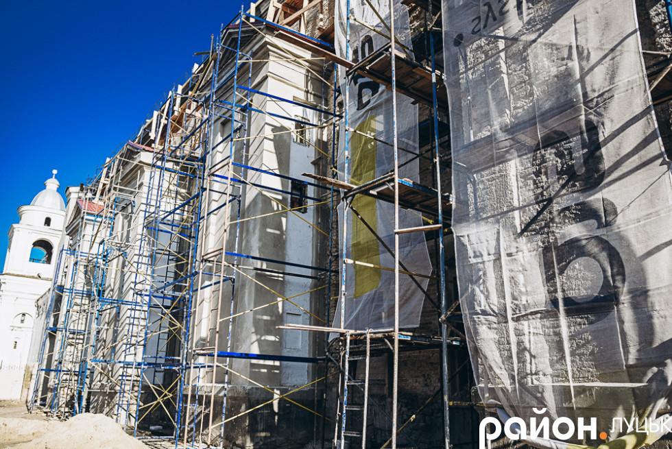 Реставраційні роботи південно-західного фасаду монастиря єзуїтів XVII століття