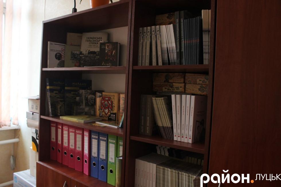 Просторий кабінет з книжками