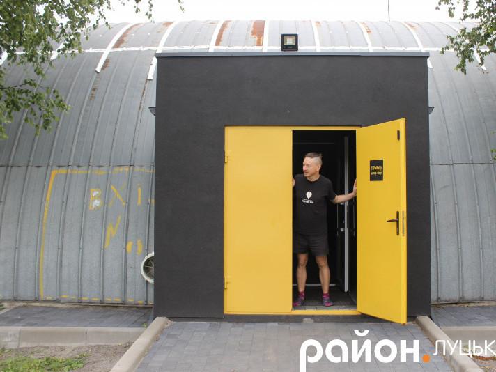 Жовті вхідні двері