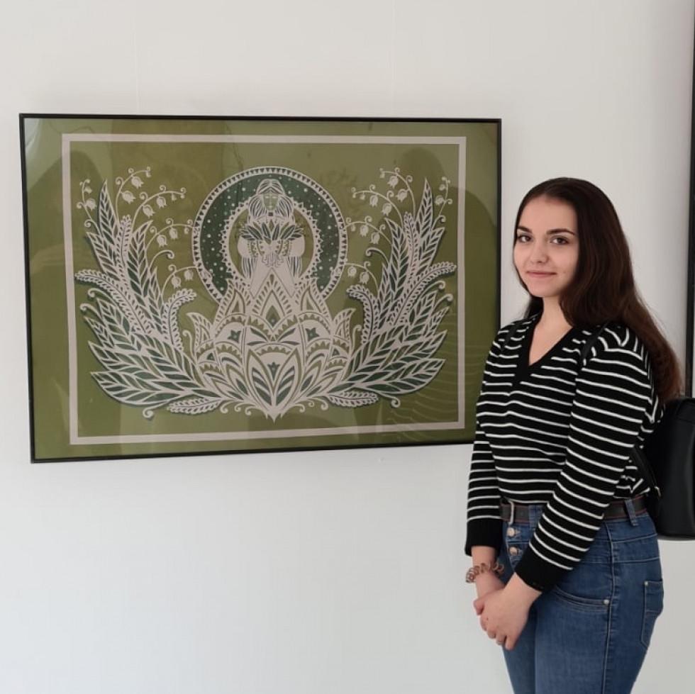 Надія Ростун зі своєю роботою «Конвалії»