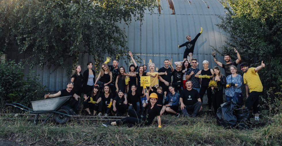 Учасники та друзі театру біля «Гармидер ангар-stage